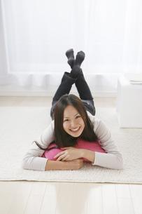 部屋で寝転ぶ女性の写真素材 [FYI00470212]