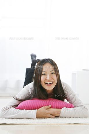 部屋で寝転ぶ女性の写真素材 [FYI00470219]