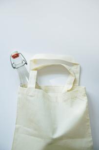 エコバッグに入った詰め替えボトルの写真素材 [FYI00470220]