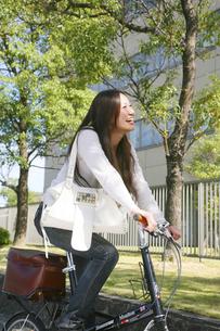 自転車に乗る女性の写真素材 [FYI00470234]