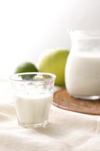 グラスとミルクとライムとスウィーティーの素材 [FYI00470237]