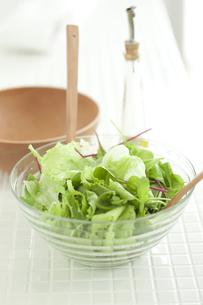 キッチンに置かれたサラダの素材 [FYI00470244]