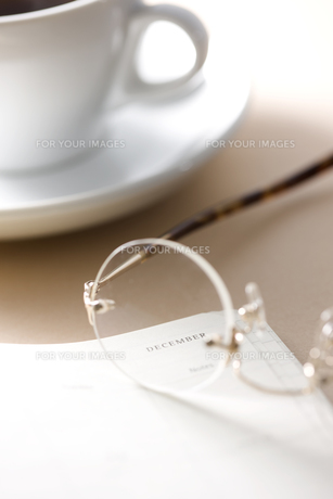 ノートと眼鏡とコーヒーの素材 [FYI00470245]