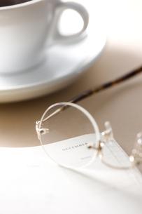 ノートと眼鏡とコーヒーの写真素材 [FYI00470245]