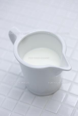 カップに入ったミルクの素材 [FYI00470252]