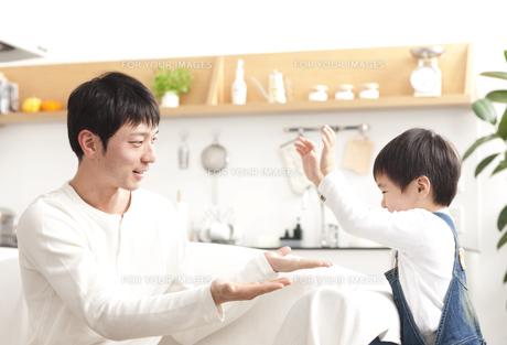 ダイニングキッチンで遊ぶ親子の写真素材 [FYI00470258]