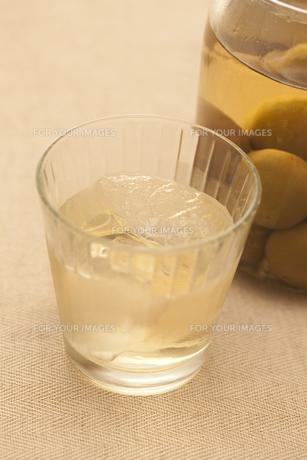 梅酒の瓶とグラスの素材 [FYI00470280]