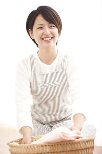 洗濯物を運ぶ日本人女性の写真素材 [FYI00470287]