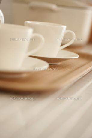 木製のトレイにのったコーヒーカップとソーサーの写真素材 [FYI00470295]