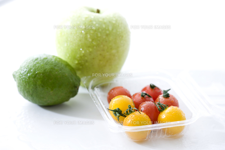 青リンゴとライムとミニトマトの素材 [FYI00470327]