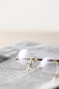 眼鏡と新聞の素材 [FYI00470348]
