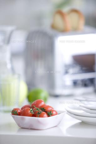 テーブルに置かれたトースターとミニトマトの素材 [FYI00470350]