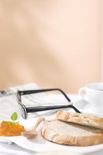 パンとマーマレードジャムの写真素材 [FYI00470351]