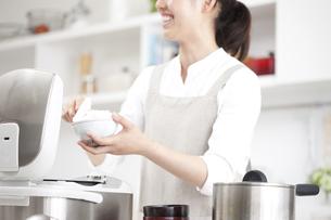 米を茶碗によそう女性の写真素材 [FYI00470353]