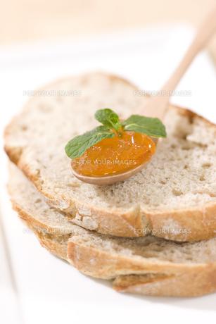 パンとマーマレードジャムの写真素材 [FYI00470360]
