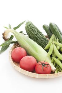 ザルに盛られたトマトとトウモロコシとゴーヤと枝豆とキュウリの写真素材 [FYI00470386]