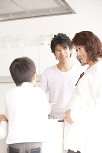 ガスキッチンを囲む親子の写真素材 [FYI00470389]