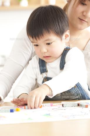 お絵描きをする親子の写真素材 [FYI00470399]