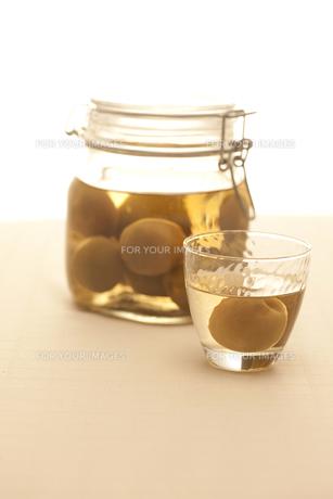 梅酒の瓶とグラスの素材 [FYI00470430]