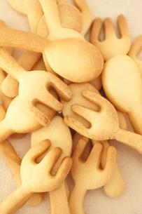 スプーンとフォークの形をしたクッキーの素材 [FYI00470440]