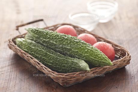かごに入ったトマト、ゴーヤの素材 [FYI00470461]