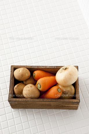 木箱に入った根菜の素材 [FYI00470477]