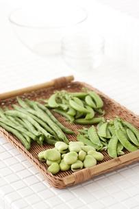 タイルカウンターに置かれた豆野菜の素材 [FYI00470484]