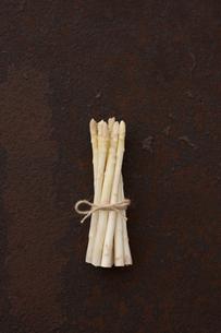 錆びたブリキ板の上のホワイトアスパラの素材 [FYI00470488]