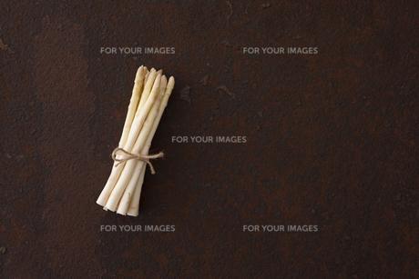 錆びたブリキ板の上のホワイトアスパラの写真素材 [FYI00470494]