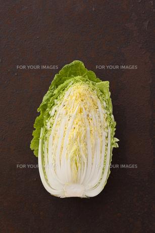 錆びたブリキ板の上の半分に切った白菜の写真素材 [FYI00470496]