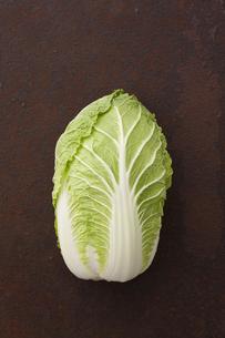 錆びたブリキ板の上の白菜の素材 [FYI00470497]