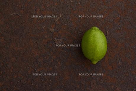 錆びたブリキ板の上のライムの写真素材 [FYI00470508]