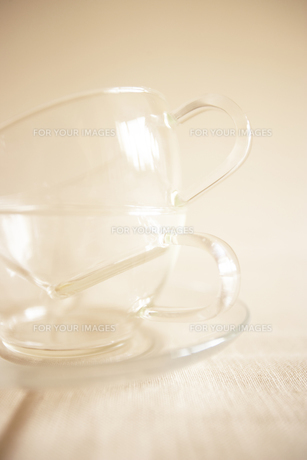 重なった透明なティーカップの写真素材 [FYI00470522]
