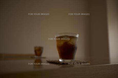 テーブルの上のアイスティーとコースターの写真素材 [FYI00470540]