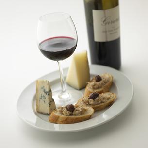 ワイン瓶と皿にのったグラスとチーズの素材 [FYI00470552]