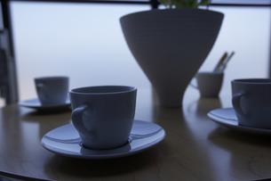 テーブルに置かれたコーヒーカップの写真素材 [FYI00470557]
