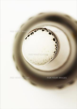 ビール瓶と泡の写真素材 [FYI00470558]