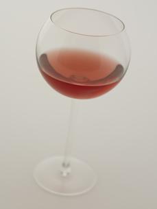 赤ワインが入ったグラスの写真素材 [FYI00470569]