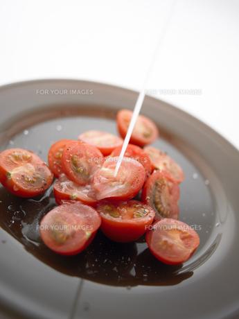 ドレッシングをかけたプチトマトの素材 [FYI00470593]