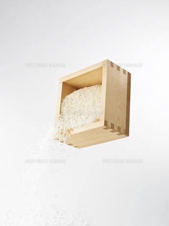 升から落ちるお米の素材 [FYI00470598]