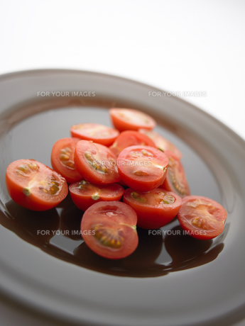 皿に盛ったプチトマトの素材 [FYI00470605]