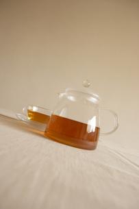 透明ポットとカップに入った紅茶の写真素材 [FYI00470632]