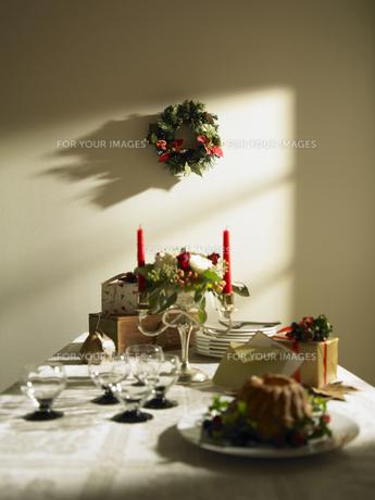 クリスマスのテーブルセッティングの写真素材 [FYI00470691]
