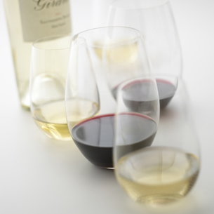 ワインが入ったグラスとワイン瓶の写真素材 [FYI00470700]