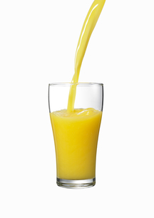 グラスに注がれるオレンジジュースの素材 [FYI00470718]