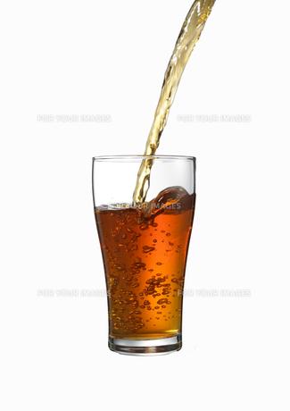 グラスに注がれる紅茶の写真素材 [FYI00470727]
