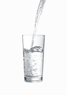 グラスに注がれる水の写真素材 [FYI00470740]
