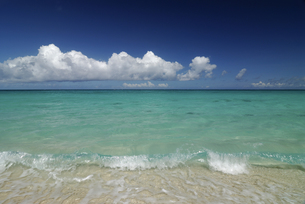 波と青空 来間島の素材 [FYI00471132]