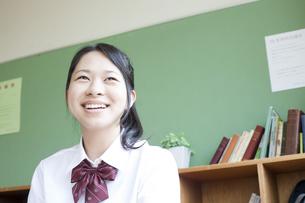 外を眺める女子高校生の写真素材 [FYI00471203]