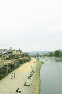 川と土手に座る人々の写真素材 [FYI00471212]